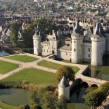 """Château de Sully-sur-Loire (45600) vu du ciel en ULM paramoteur - Département du Loiret, région Centre.  La ville situé a 45 km d'Orléans, constitue une porte d'entrée """"Est"""" dans le Val de Loire, inscrit au patrimoine mondial de l'UNESCO."""